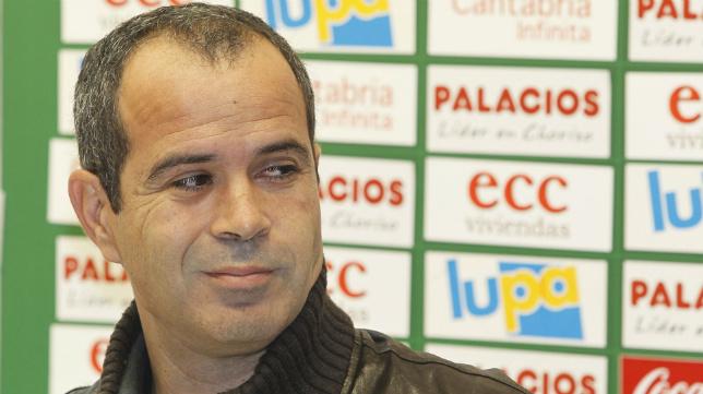 Álvaro Cervera, en su etapa como entrenador del Racing en Primera.