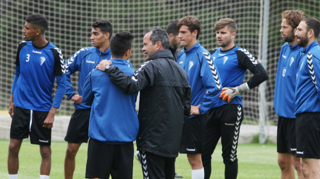 Álvaro Cervera da una charla al grupo con Román y Kalou al fondo.