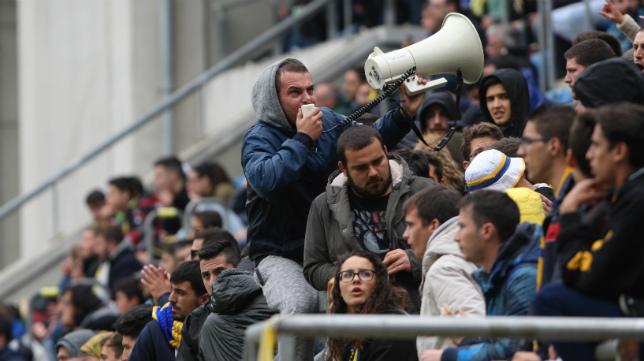 Los aficionados del Cádiz, en el partido de Carranza ante el Sevilla Atlético.