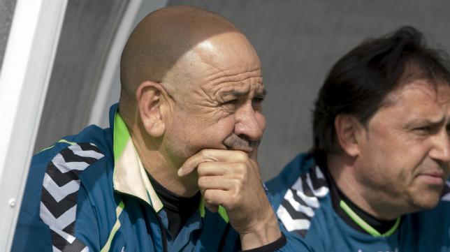 Claudio, junto a Alfredo, en el banquillo de la ciudad deportiva del Betis el pasado domingo.