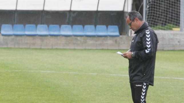 Álvaro anota detalles del entrennamiento.