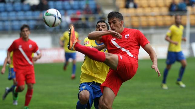 Güiza pelea por un balón ante un jugador del Sevilla Atlético