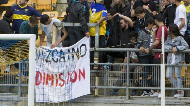 La pancarta de 'Vizcaíno dimisión' en Fondo Sur