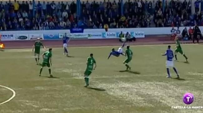 Captura del golazo de Javi Gómez para el Socuéllamos en el partido ante el Toledo.