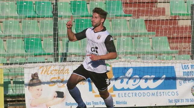 Pedro Conde celebra un gol con el Mérida