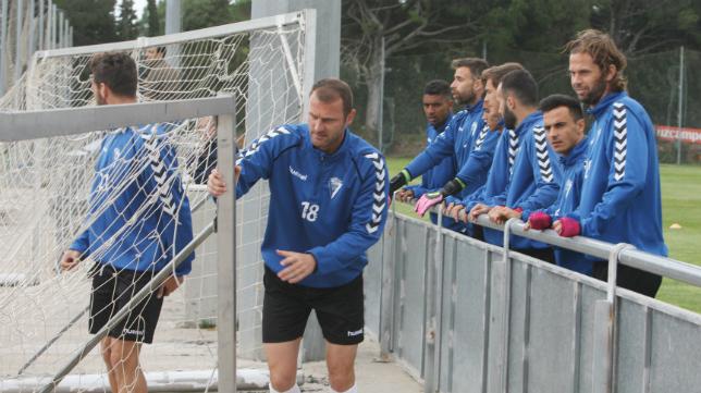 Los futbolistas del Cádiz CF, en un entrenamiento