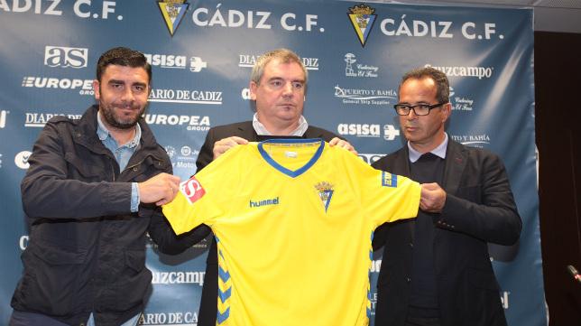 Enrique, junto a Vizcaíno y Cervera en la presentación del entrenador.
