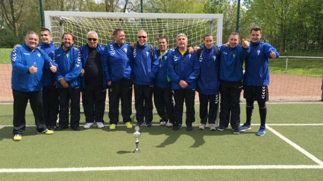 El equipo de fútbol de ciegos posa con el título conseguido en Alemania