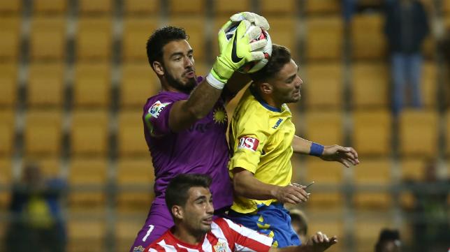 Gianfranco ataja el balón ante Lolo Plá en Carranza.