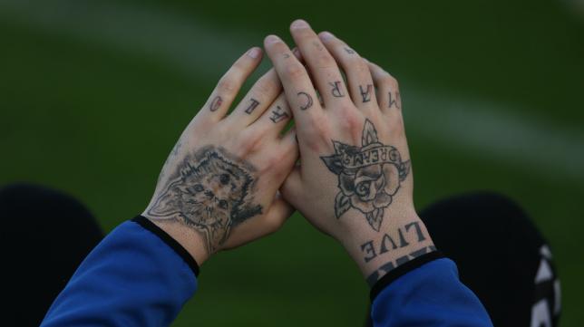 Las manos del arquero Pol Ballesté.