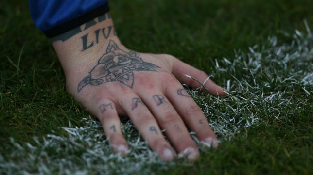 En la mano derecha, Pol lleva tatuado el nombre de su hermano.