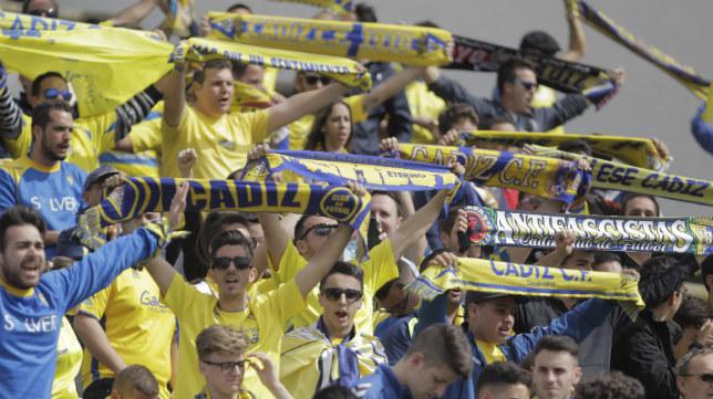 La afición del Cádiz CF se desplazó en masa a La Línea.