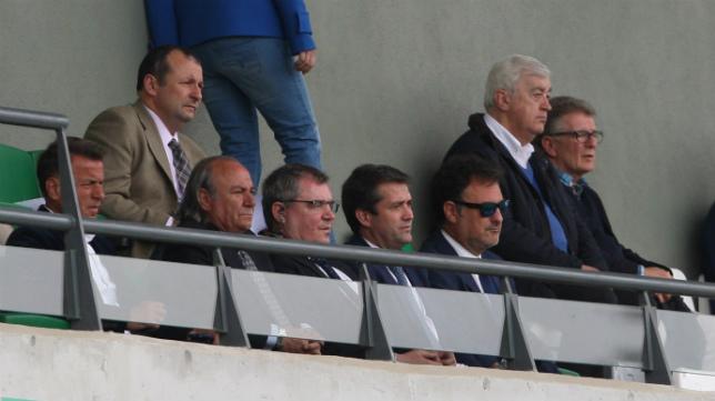 Manuel Vizcaíno, en el centro junto a Jorge Cobo, en el palco de la ciudad deportiva del Betis.