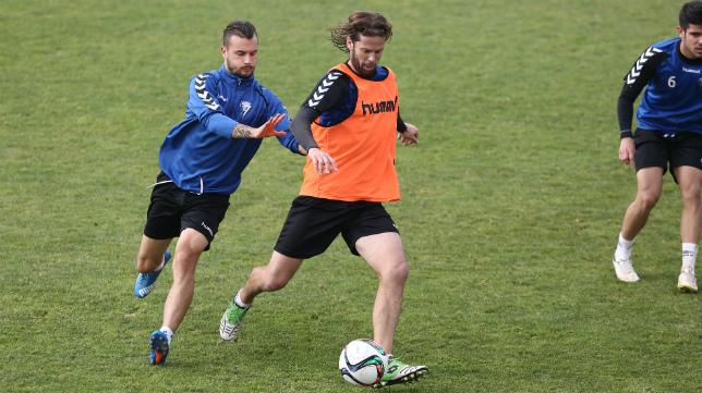 Xavi Carmona disputa un balón con David Sánchez durante el entrenamiento