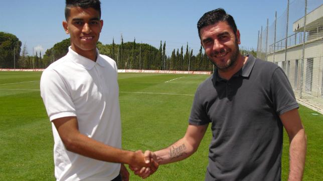 El canterano Kalou posa con Enrique Ortiz, secretario técnico del Cádiz CF / Foto: www.cadizcf.com