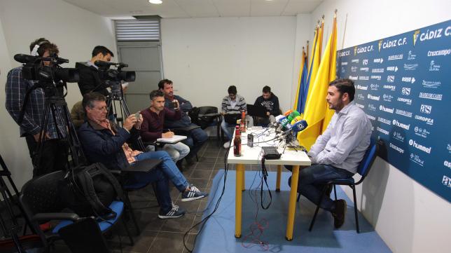 Enrique Ortiz atiende a los medios de comunicación en la sala de prensa