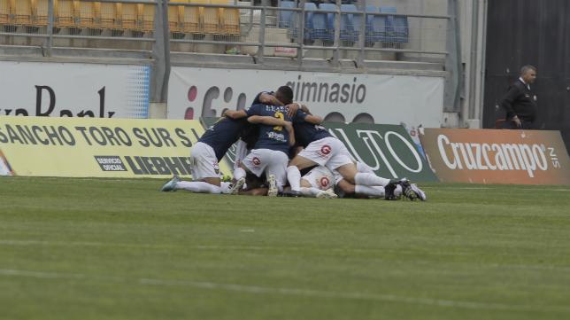 Los jugadores del UCAM celebran el gol de Pallarés en el Carranza