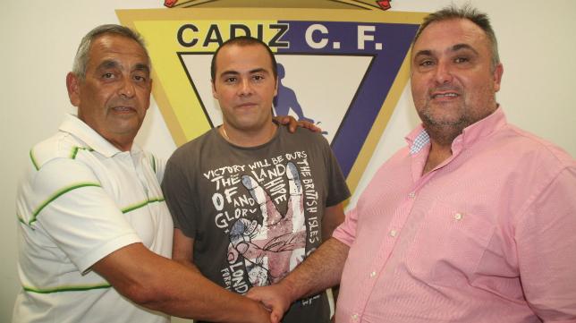 Rafa Torrejón (en el centro de la imagen), durante su presentación como entrenador del Cádiz CF Virgili