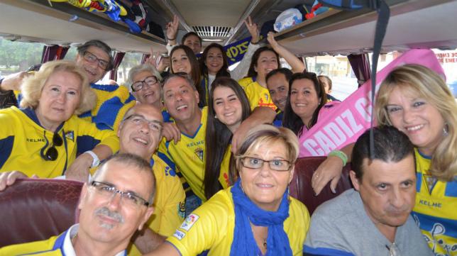 Aficionados del Cádiz CF  en un autobús.