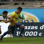 Álvaro intenta desbordar al lateral del Racing de Ferrol.
