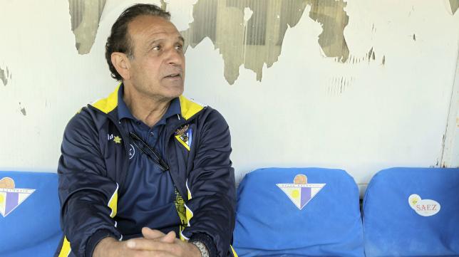 Ramón Blanco, en el banquillo del San Pablo de Écija, en su última etapa como entrenador del Cádiz CF.