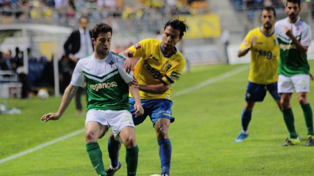 Sergio Mantecón presiona a un rival del Ferrol