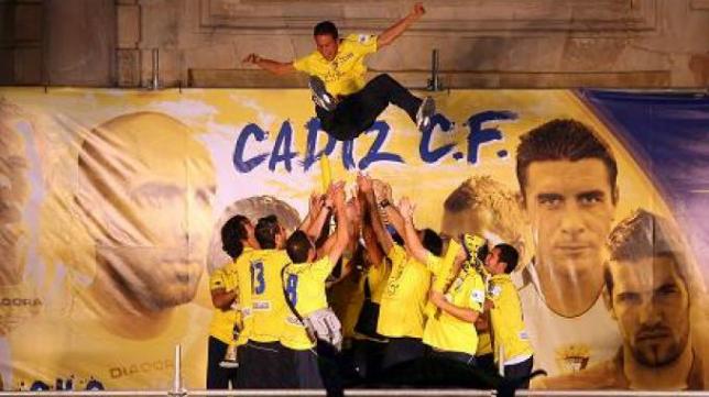 Los jugadores del Cádiz CF celebrando el último ascenso a Segunda