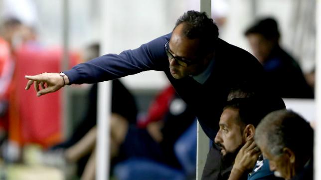 Álvaro Cervera da instrucciones a sus futbolistas en el partido ante el Racing de Ferrol.