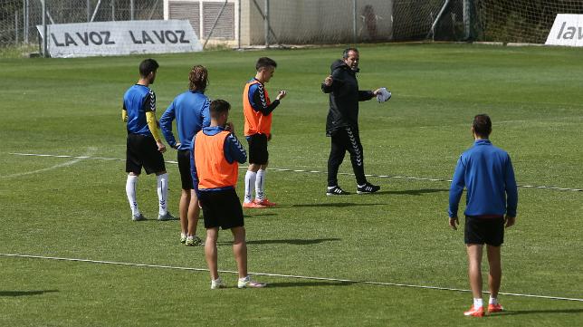 Cervera da instrucciones a sus jugadores durante el entrenamiento.
