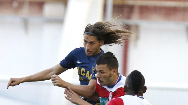 Checa se impone por alto a dos rivales del Granada B.