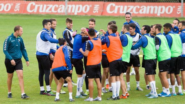 La plantilla del Cádiz CF en un entrenamiento en El Rosal