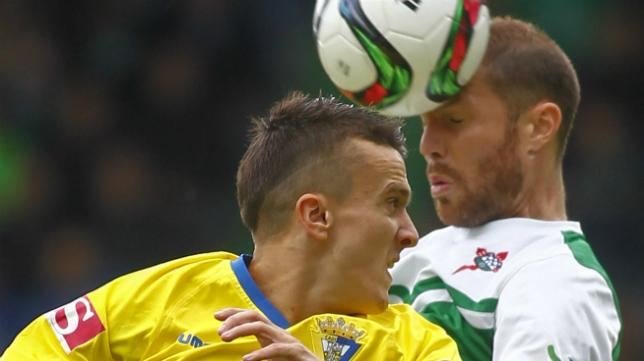 Salvi cabecea un balón ante un jugador del Ferrol