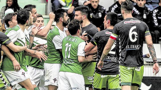 El Racing de Ferrol acabó perdiendo el campeonato en beneficio del Racing de Santander.