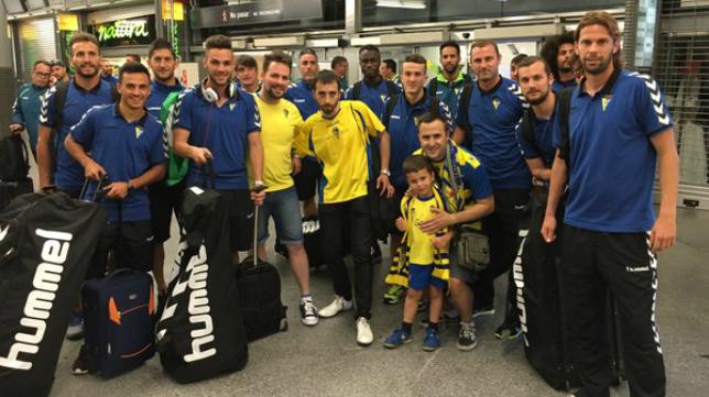 Seguidores del Cádiz CF con el equipo en Atocha (Foto: Andrés García Caballero)