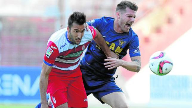 Iván Aguilar (derecha) en un partido ante el Granada B
