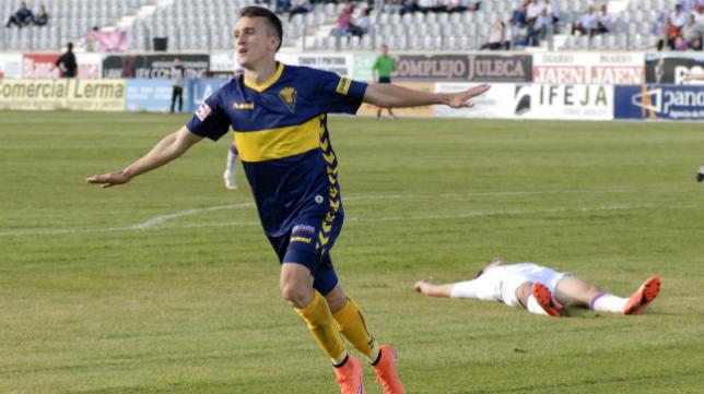 Salvi celebra su gol en Jaén.