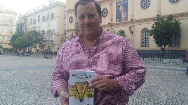 Juan Lebrero posa con su libro sobre el Balón de Cádiz