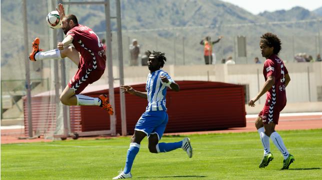 Juanjo controla el balón ante Etamané.