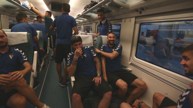 Jugadores del Cádiz en el desplazamiento en tren a Ferrol