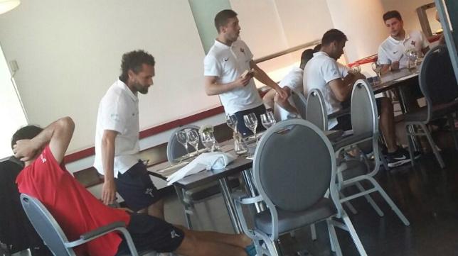 Los jugadores del Racing de Ferrol, en la cafetería del Hotel Barceló.