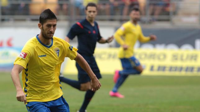 Hernández Maeso sigue la jugada de Fran Machado en el encuentro de este año ante el Murcia.