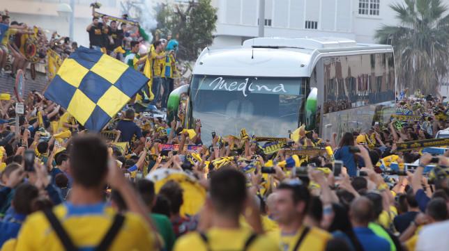 El Cádiz CF alquiló un autobús al no poder contar con el oficial del equipo.