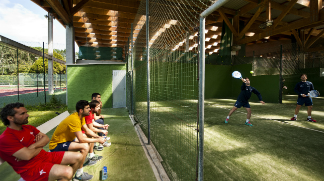 Los jugadores del Racing de Ferrol desconectaron este viernes jugando al pádel.