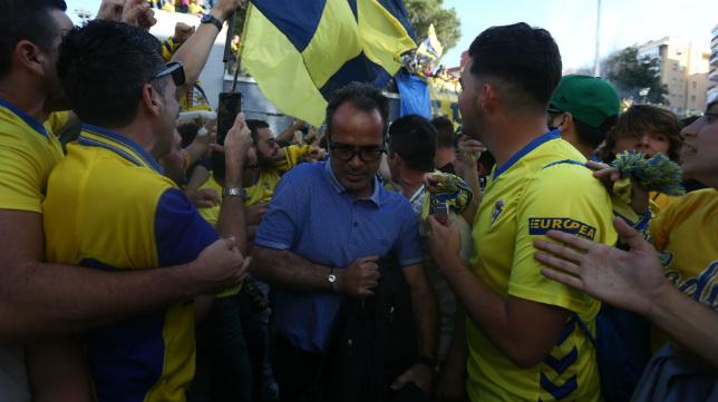 Álvaro Cervera accede al campo en mitad del pasillo formado por los propios aficionados.