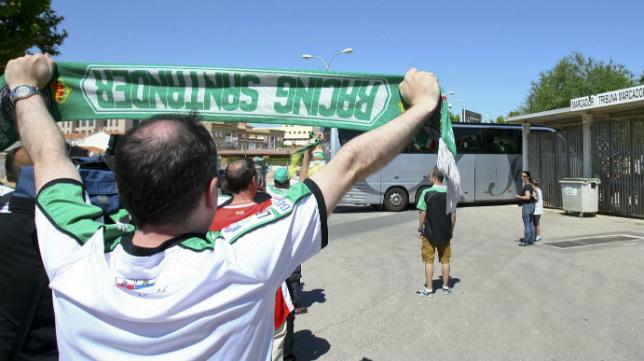 Un seguidor del Racing anima a los jugadores del Racing en su entrada en autobús al estadio.