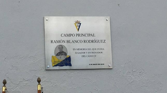 Placa del campo principal de El Rosal con el nombre de Ramón Blanco (Foto: CCF)
