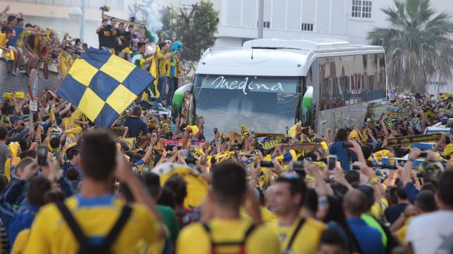 Recibimiento de la afición cadista al autobús con los jugadores del Cádiz en el día ante el Racing de Ferrol.