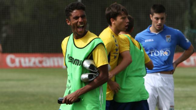 Román celebra una victoria con el Cádiz B.