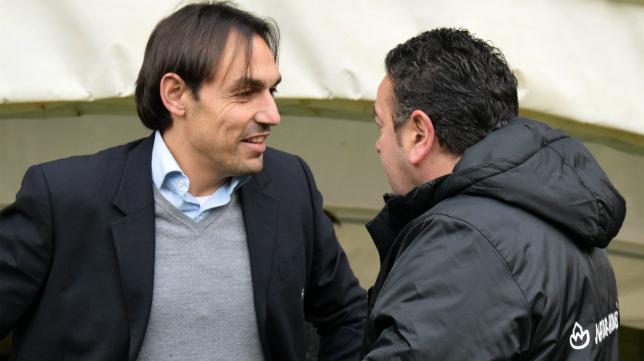 Tena, entrenador del Racing de Ferrol, charla antes de un partido con Carlos Pouso, técnico del Logroñés-