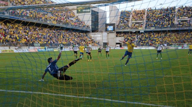 David Sánchez marcó de penalti el gol de la victoria ante el Racing
